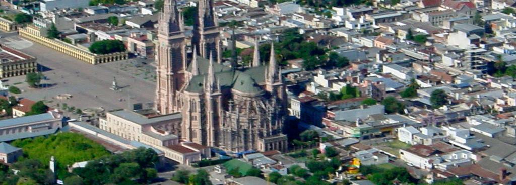 Mientras se completan las horas de vuelo se pueden apreciar maravillosos paisajes y obras; quí la Catedral Nuestra Señora de Luján